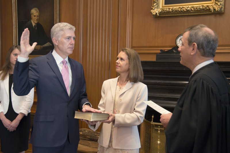 美國聯邦最高法院新科大法官葛薩奇10日在最高法院進行閉門宣誓。(美聯社)