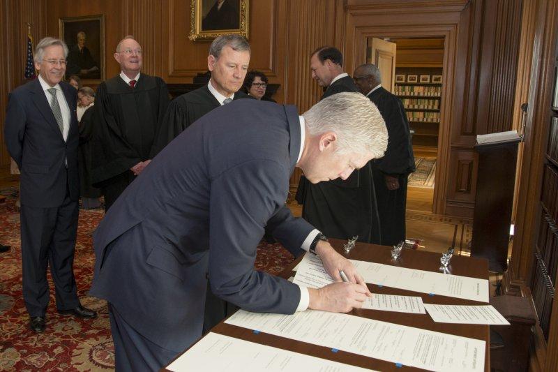 葛薩奇在最高法院簽署宣誓文件。(美聯社)