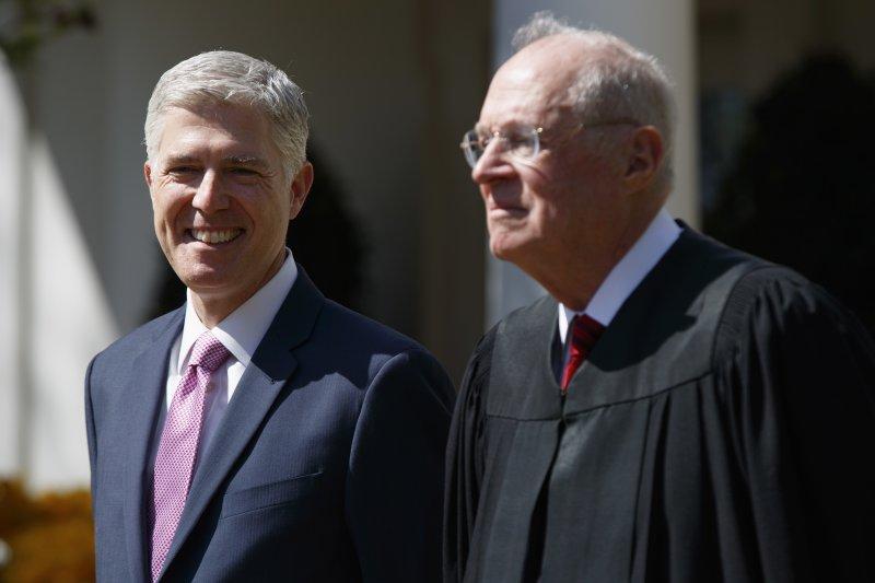 葛薩奇(左)與他的前老闆大法官甘迺迪(右)。(美聯社)