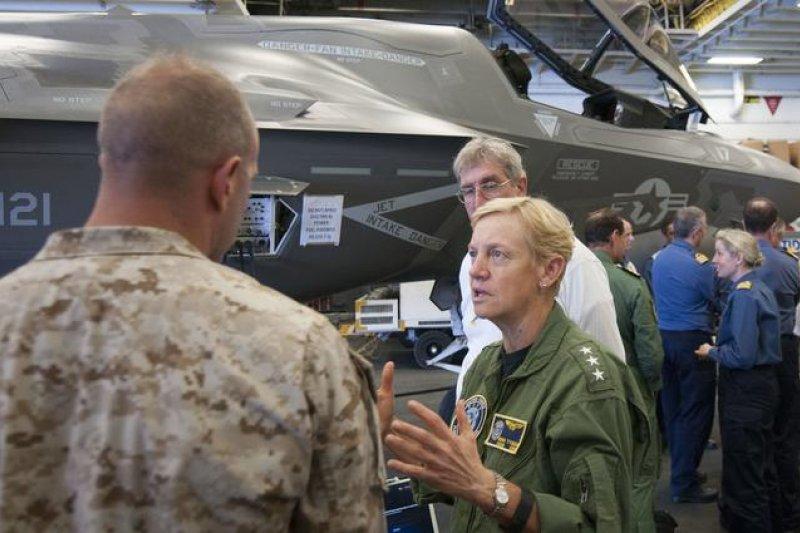 在「黃蜂」號兩棲攻擊艦( LHD-1)上視察F-35B的泰森中將。