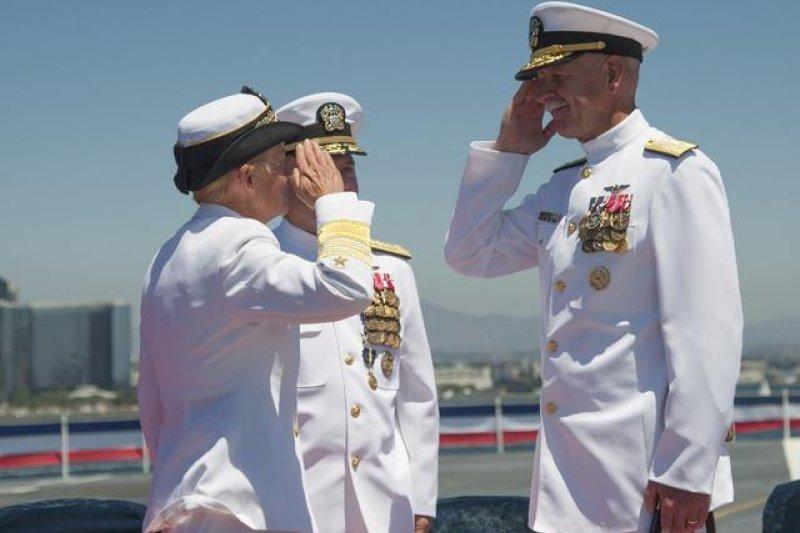 泰森中將2015年7月接替退役的諾伊斯中將出任第3艦隊司令,向太平洋艦隊司令史威夫特上將敬禮。