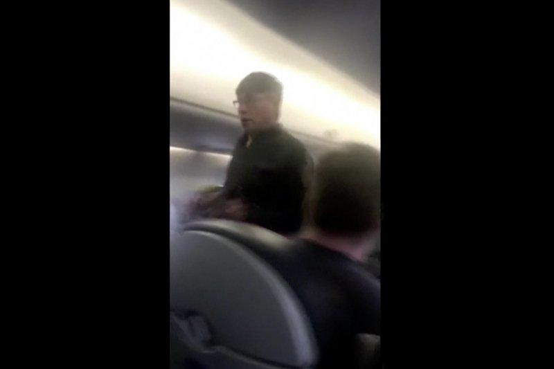 美國聯合航空周日(9日)晚間將一名69歲華裔乘客強行拖下機,過程中男子受傷,滿臉是血。(美聯社)