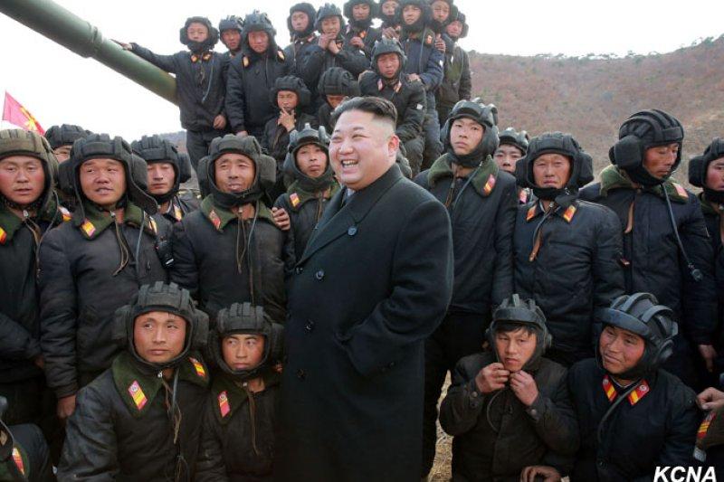 金正恩4月1日出席「朝鮮人民軍戰車兵競技大會」。(朝中社)