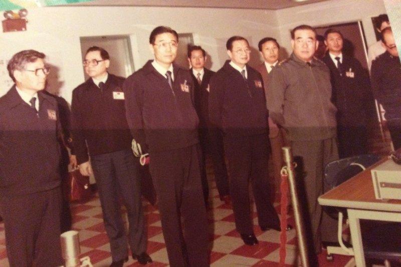 郝柏村視察天弓飛彈糸統模擬室,劉錫輝在側。(圖由作者提供)