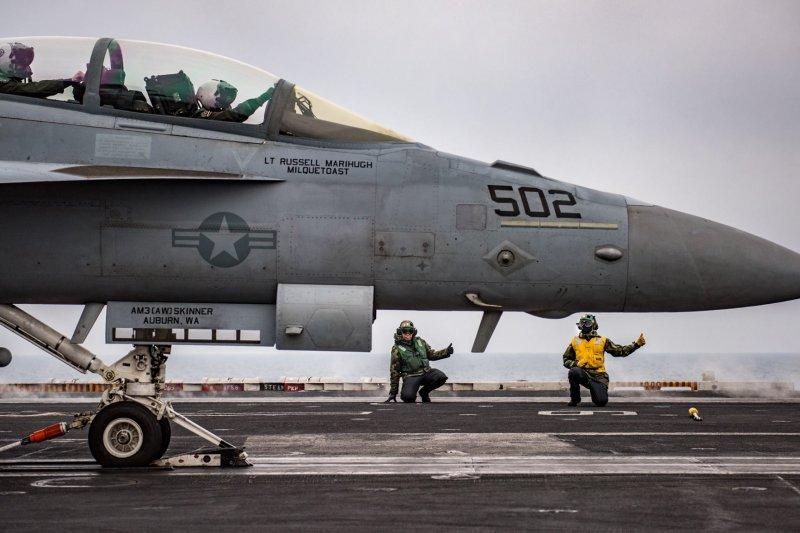 EA-18G電戰機準備從卡爾文森號航母起飛。(卡爾文森號臉書)