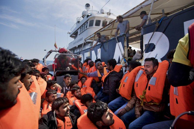 今年4月6日,西班牙非政府組織「Proactiva Open Arms」在利比亞外海救起落海的非法移民(AP)