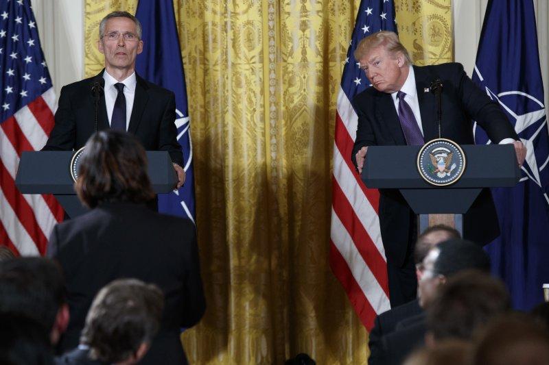 美國總統川普與北約秘書長史托騰柏格(左)12日在白宮會面(美聯社)