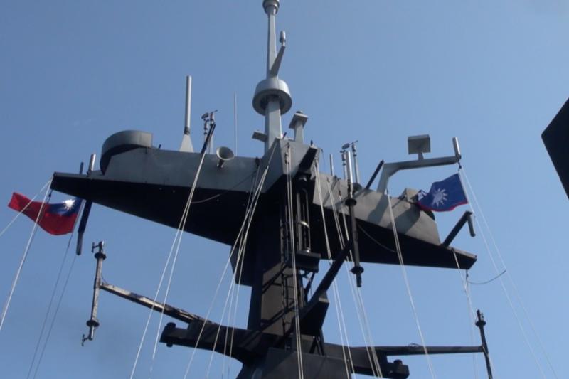 臺灣海軍2014年7月21日向外媒展示的一艘戰艦的頂部。(美國之音黎堡拍攝)