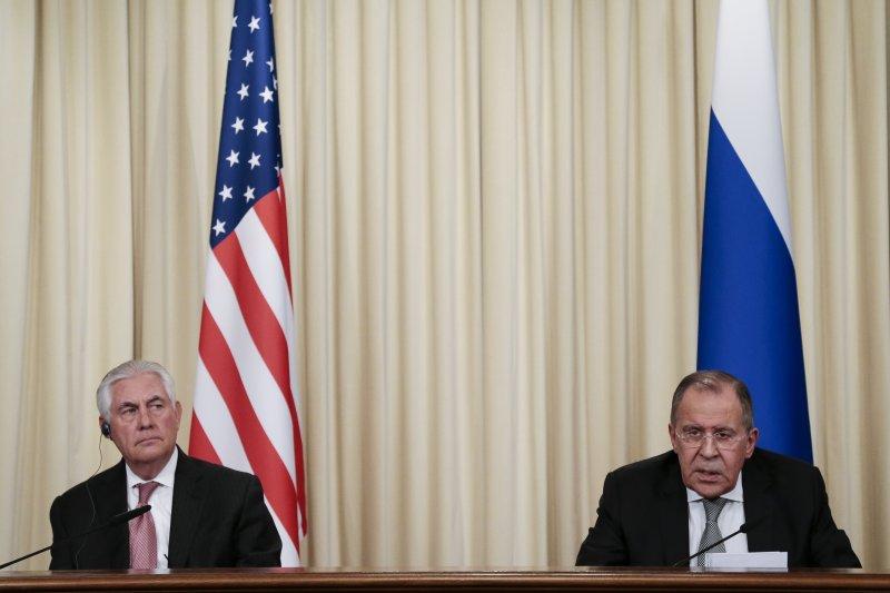 美國國務卿提勒森(左)與俄羅斯外長拉夫羅夫(右)共同召開記者會(AP)