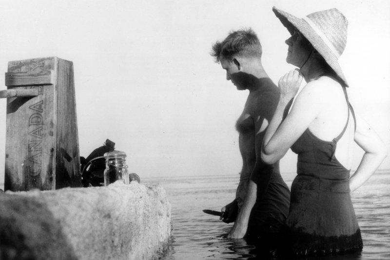 瑞秋.卡森(右)在大西洋岸做調查(Wikipedia/Public Domain)