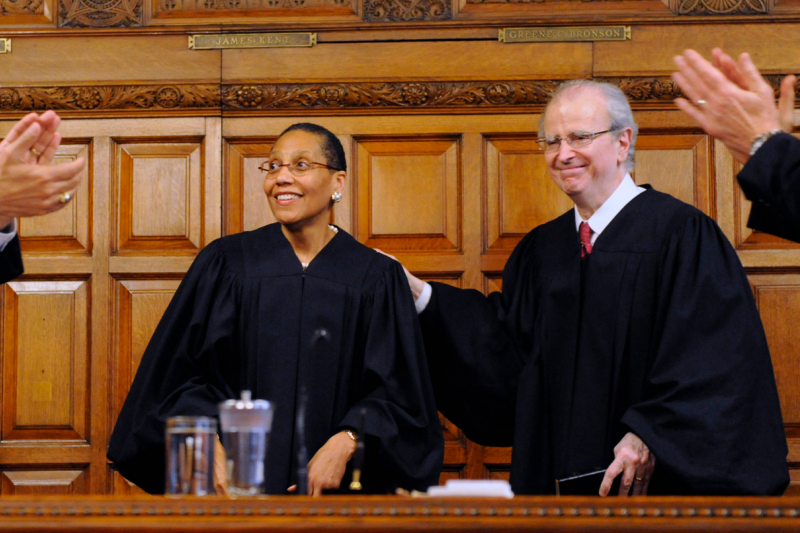 阿布杜斯-薩蘭姆(左)在2013年宣誓就任紐約州上訴法院法官,一旁為時任該院首席法官李普曼(Jonathan Lippman)(AP)