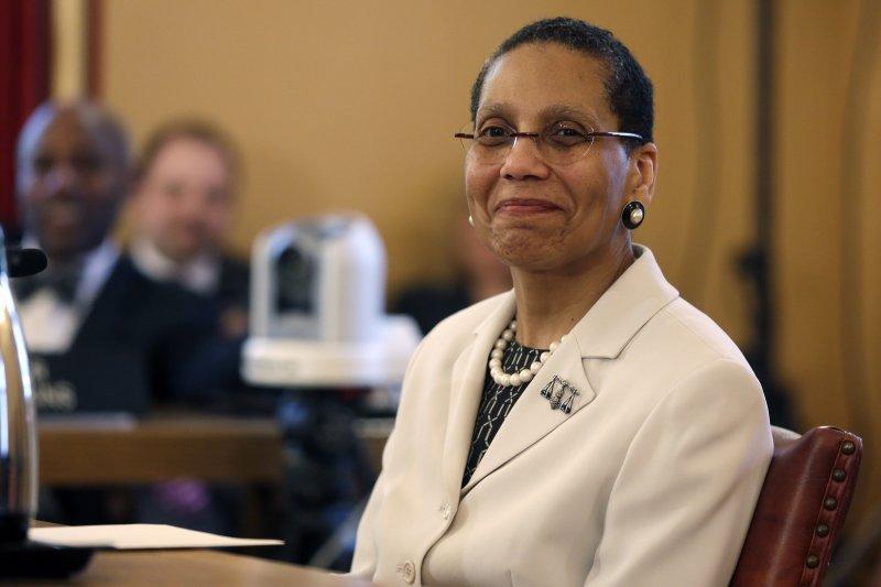 阿布杜斯─薩蘭姆(Sheila Abdus-Salaam,中)2013年5月成為紐約上訴法院第一位黑人女法官(AP)