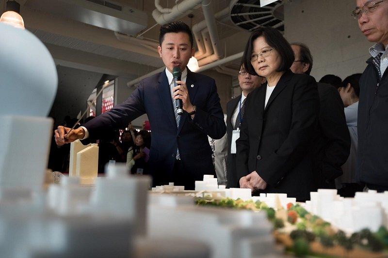 蔡英文總統視察已納入前瞻基礎建設計畫的大新竹輕軌。(蔡英文總統臉書)