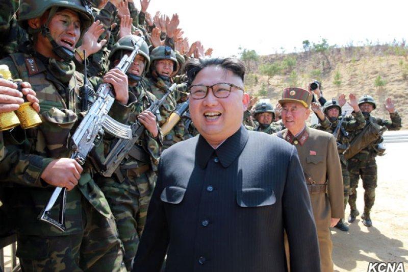 北韓最高領導人金正恩指導「朝鮮人民軍特戰部隊空降和目標打擊大賽.2017」(KCNA)
