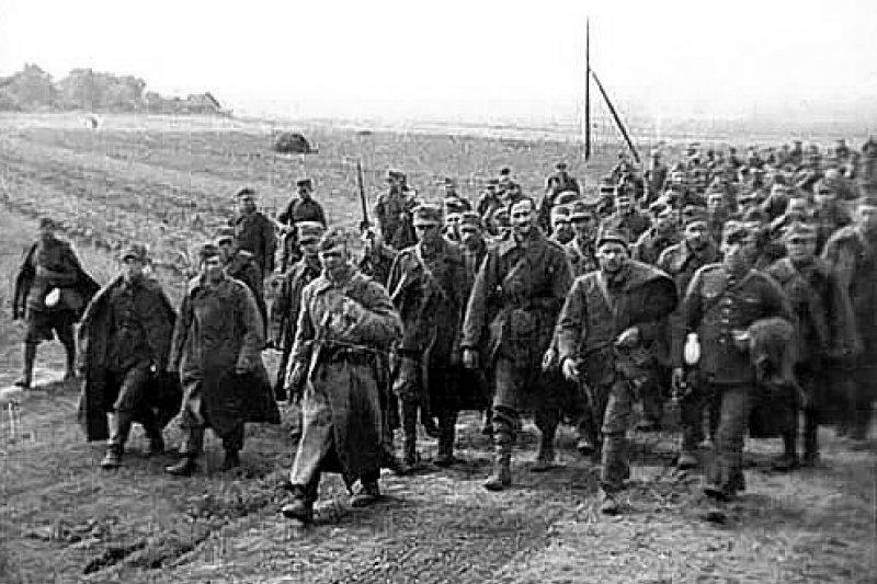 蘇聯軍隊帶領波蘭戰俘。(維基百科)
