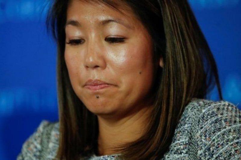 美國聯合航空強拖乘客杜成德下機,他女兒13日譴責聯航的行為(BBC中文網)