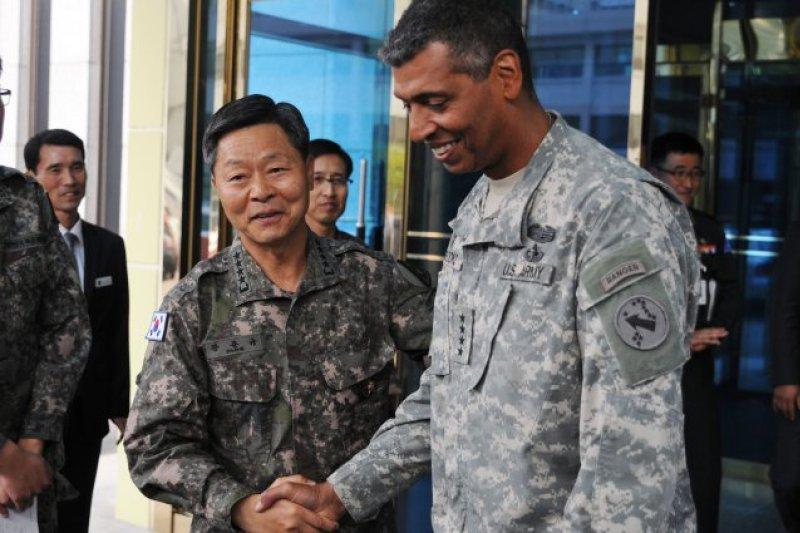 南韓陸軍參謀長張俊圭(左)(取自US Army)