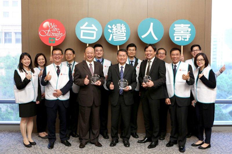 台灣人壽蟬聯「保險龍鳳獎」內勤組與外勤組優等二項殊榮。(圖/台灣人壽提供)