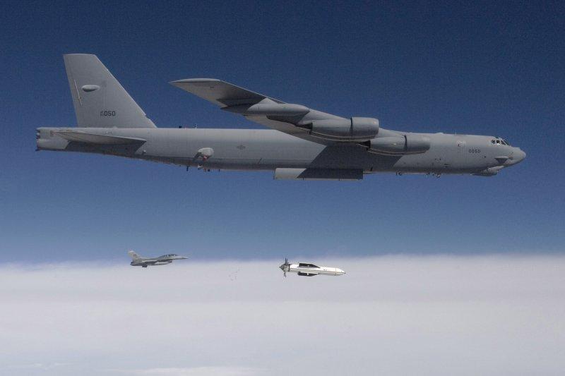 美軍B-52轟炸機投擲「大型鑽地炸彈」(Massive Ordnance Penetrator,MOP)進行測試。(Wikipedia / Public Domain)