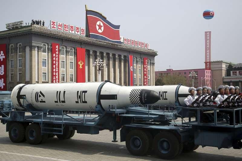 北韓15日慶祝創建者金正日105歲冥誕「太陽節」,最高領導人金正恩在首都平壤主持閱兵大典,「北極星1型」潛射彈道飛彈亮相(AP)