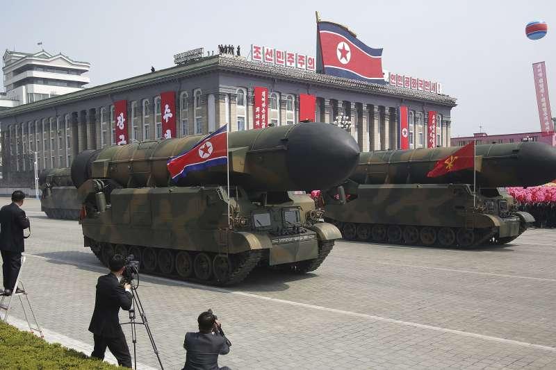 北韓慶祝創建者金日成105歲冥誕「太陽節」,最高領導人金正恩在首都平壤主持閱兵大典,疑似新型洲際彈道飛彈亮相(AP)