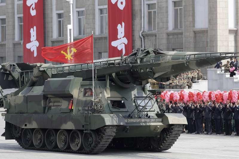 北韓全國15日慶祝創建者金正日105歲冥誕「太陽節」,最高領導人金正恩在首都平壤主持閱兵大典,防空飛彈亮相(AP)