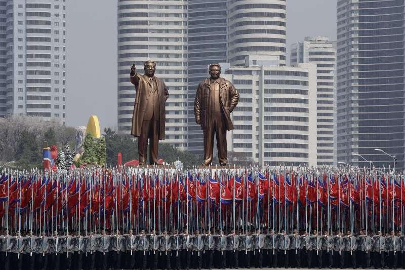 「理解北韓在想什麼,或會怎麼想,我們才能計畫下一步該怎麼走。」圖為北韓全國慶祝創建者金日成105歲冥誕「太陽節」,最高領導人金正恩在首都平壤主持閱兵大典。(AP)