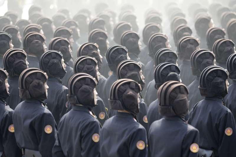 北韓全國15日慶祝創建者金正日105歲冥誕「太陽節」,最高領導人金正恩在首都平壤主持閱兵大典,朝鮮人民軍部隊接受校閱(AP)