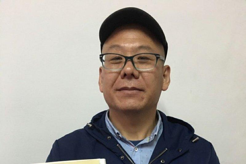 來台旅遊「跳機」尋求政治庇護的中國人士張向忠,17日晚在朋友家被移民署官員帶走。(取自自由亞洲電台)