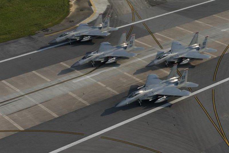 美軍嘉手納基地的F-15戰機。(美軍官網)