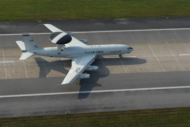 美軍嘉手納基地的E-3空中預警機。(美軍官網)