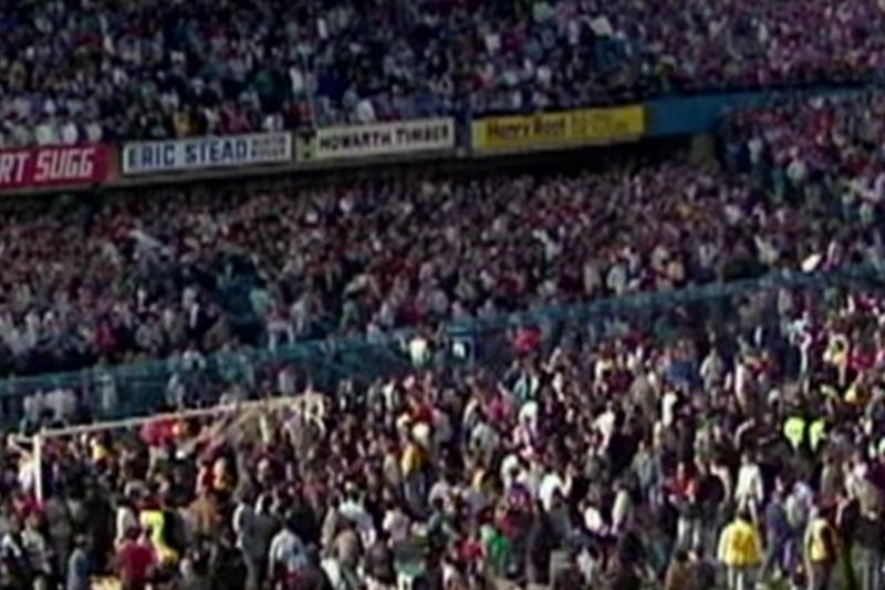 大批球迷湧入希爾斯堡球場,球場人滿為患、水洩不通。(截圖自YouTube)