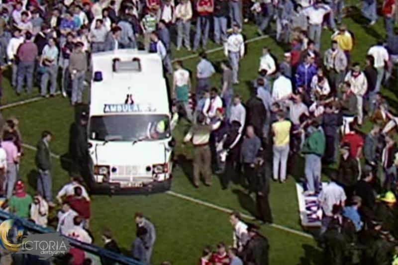 由於太多人受傷,在球場待命的救護車救護車根本不敷使用。(截圖自YouTube)