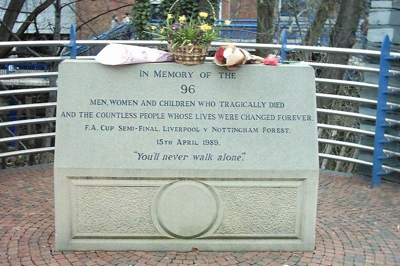 希爾斯堡球場外紀念在慘劇中身亡的96名亡者的紀念碑。( Superbfc at the English language Wikipedia@wikipedia/CC BY-SA 3.0)