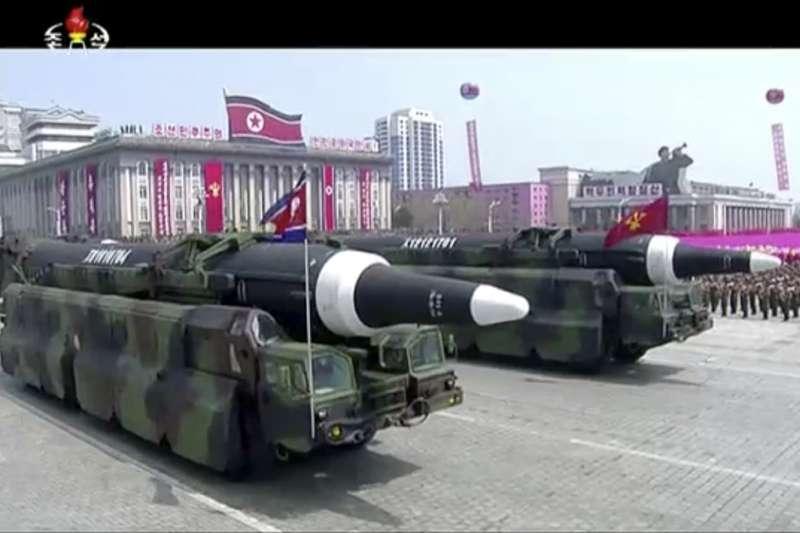 北韓全國15日慶祝創建者金正日105歲冥誕「太陽節」,最高領導人金正恩在首都平壤主持閱兵大典,朝鮮人民軍飛彈部隊接受校閱(AP)