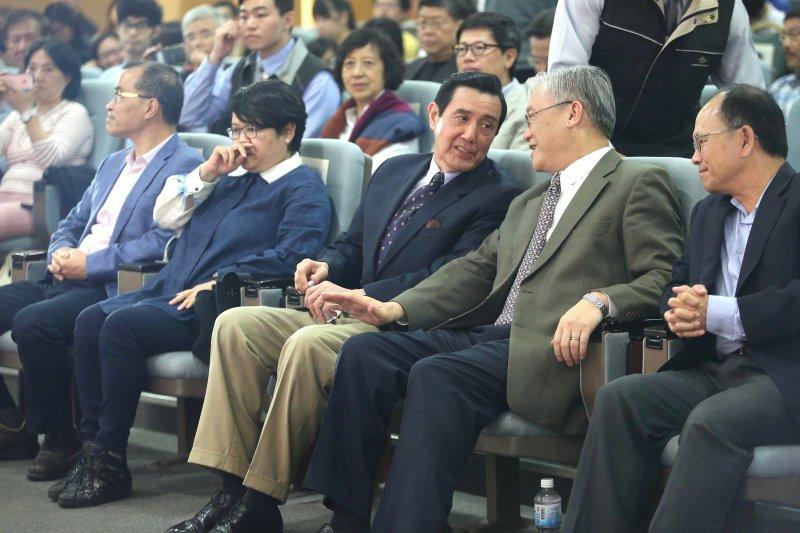 前總統馬英九(左)與前陸委會主委夏立言(右)也到場聆聽福山與朱雲漢的對談(中央社提供)