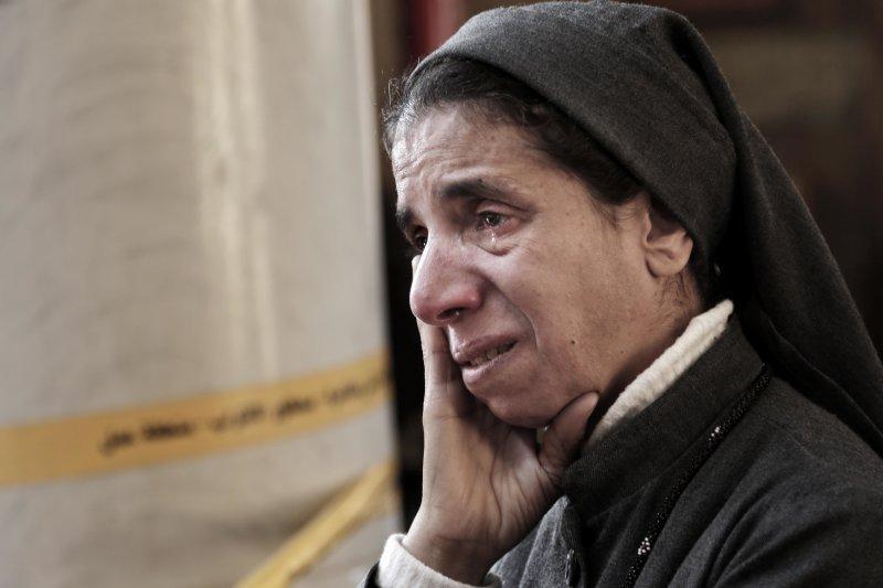 埃及科普特教堂被攻擊後,一名修女淚眼看著現場。(美聯社)