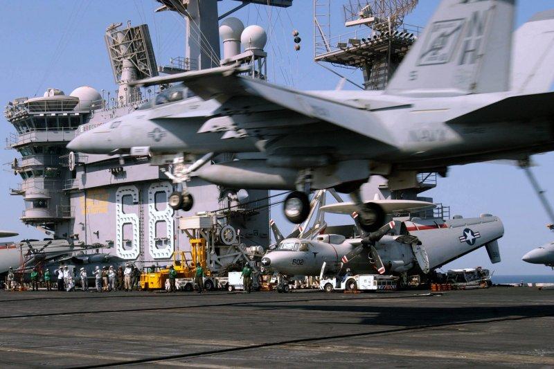 一架F/A-18正在尼米茲號核動力航空母艦的甲板上降落。(美國海軍官網)