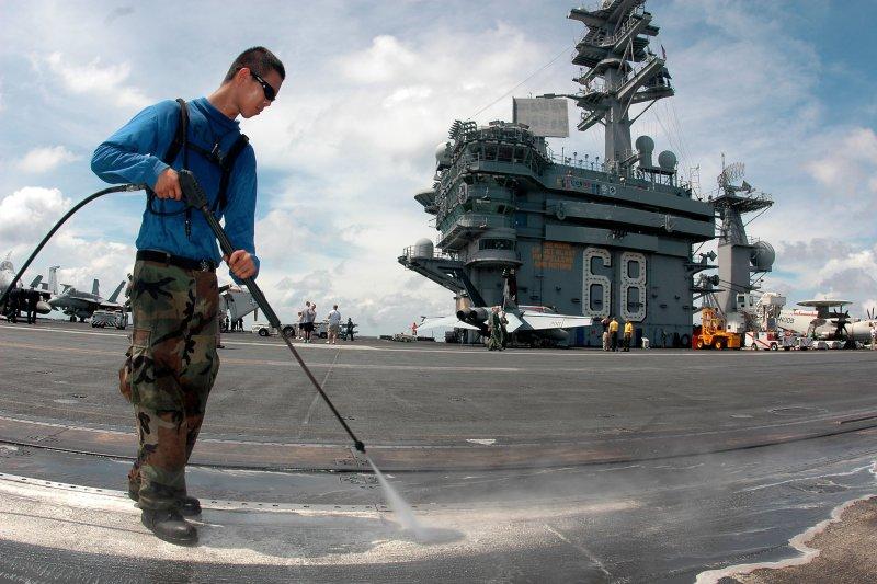尼米茲號核動力航空母艦的士兵正在清洗甲板。(美國海軍官網)
