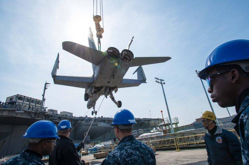 雷根號核動力航空母艦正在進行艦載機吊掛作業。(美國海軍官網)