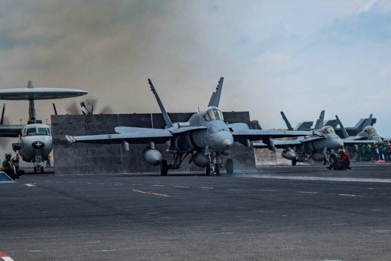 卡爾文森號核動力航母的艦載機正蓄勢待發。(卡爾文森號臉書)