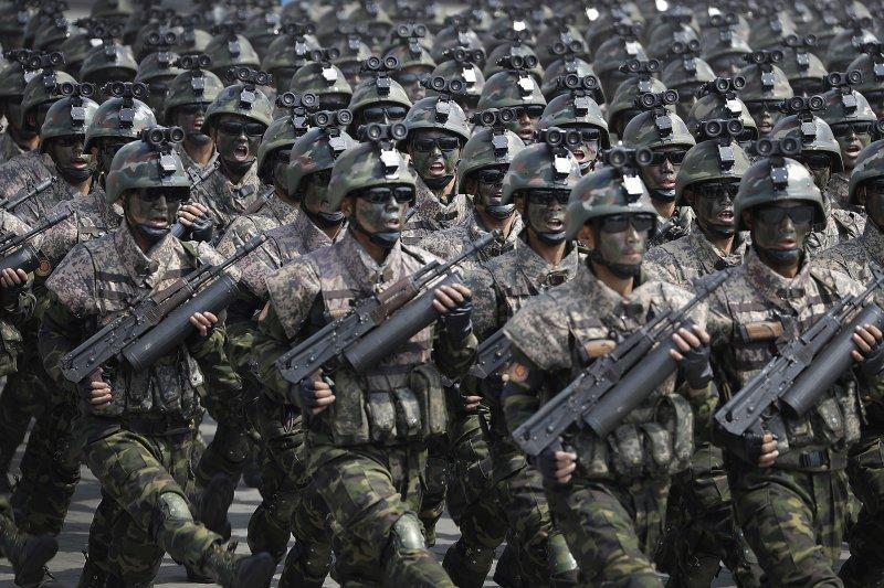 北韓特種部隊手持改自AK-74的98式步槍通過閱兵台前方。