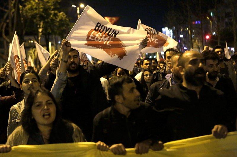 反對修憲公投的民眾在街頭抗議。(美聯社)