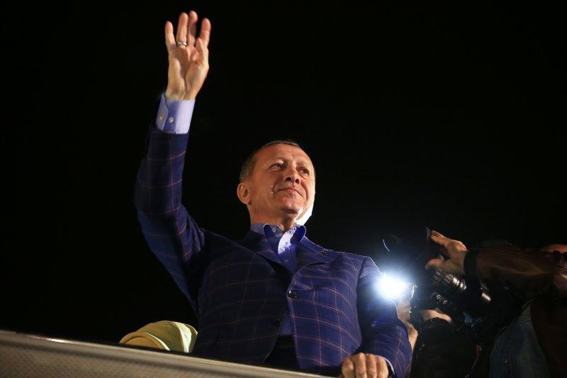 土耳其總統艾爾多安感謝支持修憲的民眾。(美聯社)
