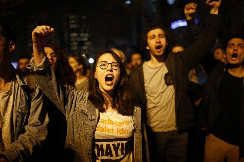 反對修憲的民眾在街頭抗議。(美聯社)