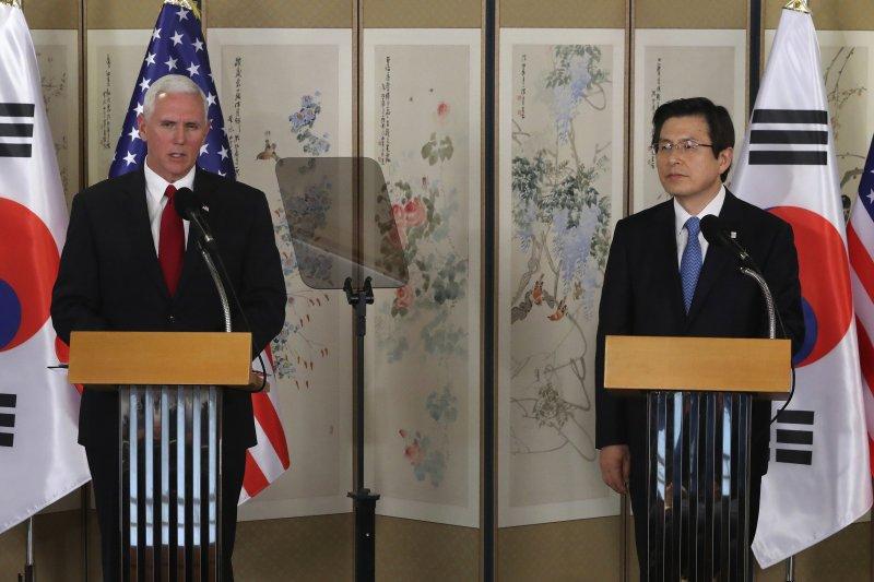 美國副總統彭斯(左)17日訪問南韓,與南韓代總統會面(美聯社)