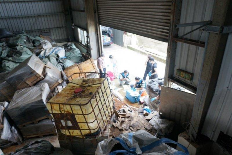 不肖業者會將廢棄物堆疊於郊外廠房,甚至是露天堆置,對於環境造成非常大的損害(圖 / 行政院環境保護署)