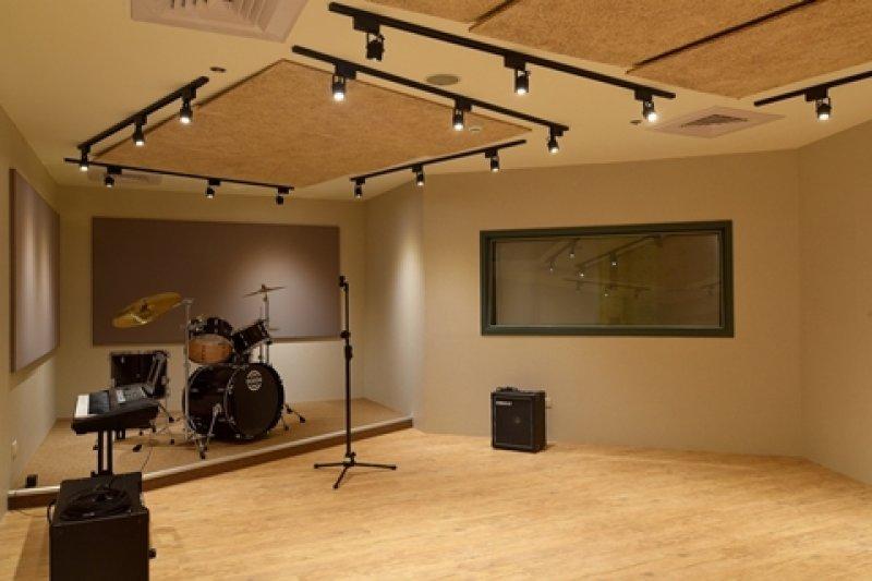 LIVE BAND體驗中心中團練室。(圖/臺北市青少年發展處網站,想想論壇提供)