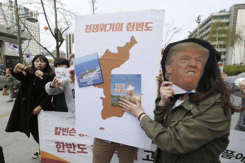 南韓民眾上街反對美軍部署薩德。(美聯社)