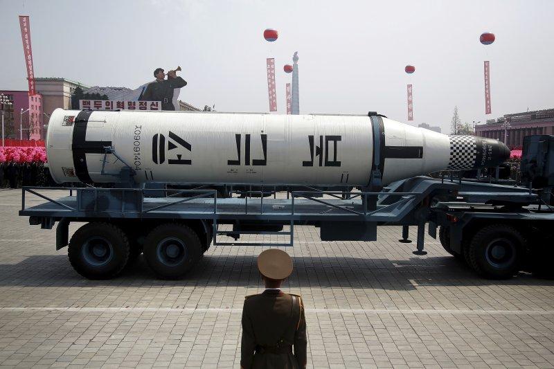 出現在平壤太陽節閱兵式上的北極星潛射彈道飛彈。(美聯社)